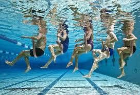 Widok pod wodą ćwiczących ludzi