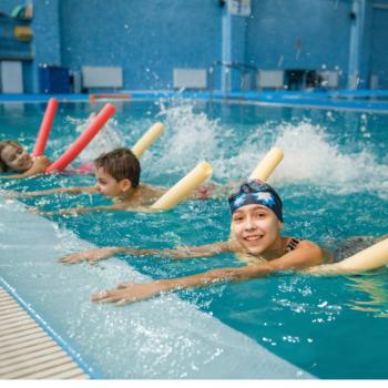 Dzieci ćwiczą w wodzie